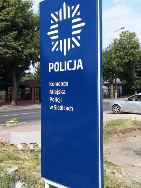 pylon z dibondu policja